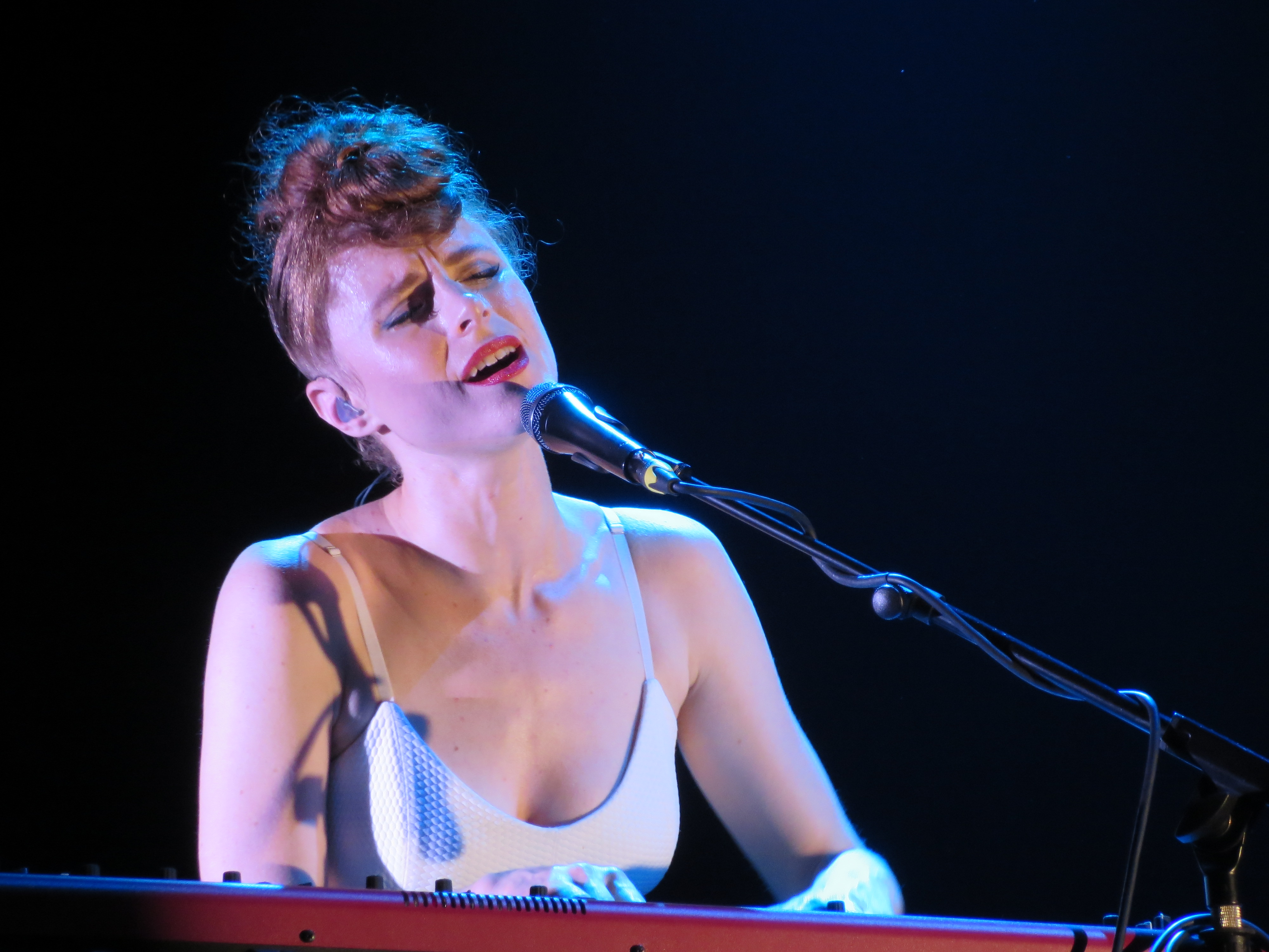 Gig review kiesza at paradiso a bit of pop music for Piano dance music 90 s