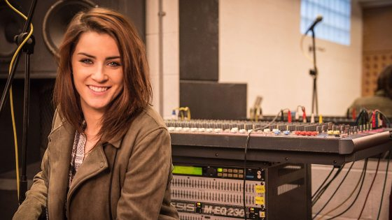 lucie-jones-never-give-up-on-you
